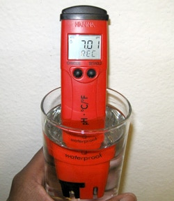 The display of a calibrating pH pen